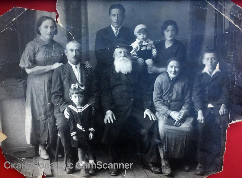 Год 1937-38. Местечко Новоукраинка Кировоградской области.Слева стоит моя бабка Гитль (она называла себя Катя). Рядом с нею сидит мой дед Акива.  У его коленей стоит моя тетка Рая, единственная живая сегодня из всех. Старик с белой бородой – Герц Книжник, отец Гитль и, следовательно, мой прадед. Он умрет летом 1941 года в ходе эвакуации. Правее – прабабушка Хава, его жена. Над ними стоит их сын Аркадий. Я его помню. Он уедет в Москву и умрет в конце 60-х совсем нестарым. Рядом - его жена Буся. Она с семьями детей уедет во второй половине 80-х в Америку и умрет в Нью-Йорке в конце XX века. На руках они держат своего первенца, Льва. У дяди Левы будут большие черные усы, как у Яна Френкеля, он будет работать парикмахером на Казанском вокзале. А потом уедет в Америку. А справа стоит мои папа, ему лет 12-13. Примерно тогда о нем писали в местной газете «Колгоспник», что он отличился на сборе металлолома. И дед Герц гордился этим. А еще он говорил: «Штулинер – се ништ гит»,  переводил на идиш фамилию Сталина.