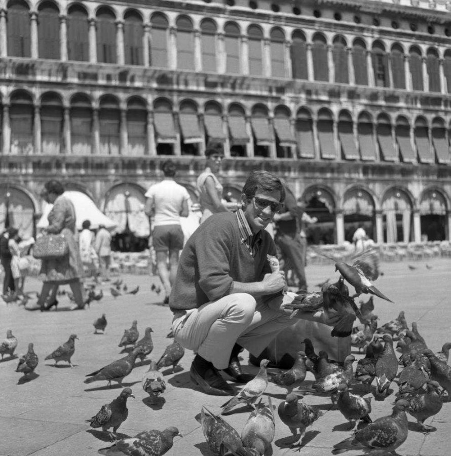 Бельмондо в Венеции. Прекрасный актер был, тонкий, глубокий, очень динамичный и многогранный. недавно посмотрел два его незнаменитых фильма 60-х. Напишу о них.  Жалко не его, прожившего прекрасную и долгую жизнь, а нас, оставшихся без еще одного стабилизатора.