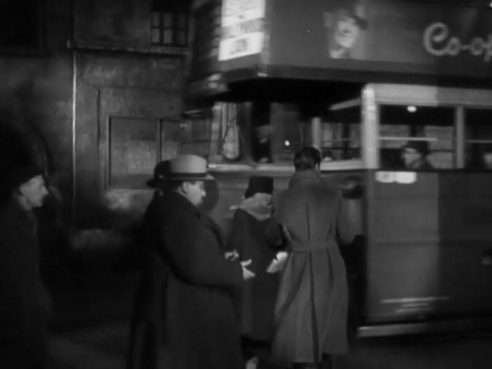 Знаменитое камео режиссера. Толстяк, который выбрасывает сигаретную картонку и отворачивается от камеры — Хичкок.