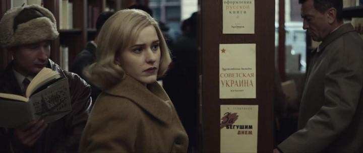 """Мелькнувший ассортимент советского книжного, в котором собирается скрыться американская шпиенка.  """"За бегущим днем"""" — книга Тендрякова 1960 года."""