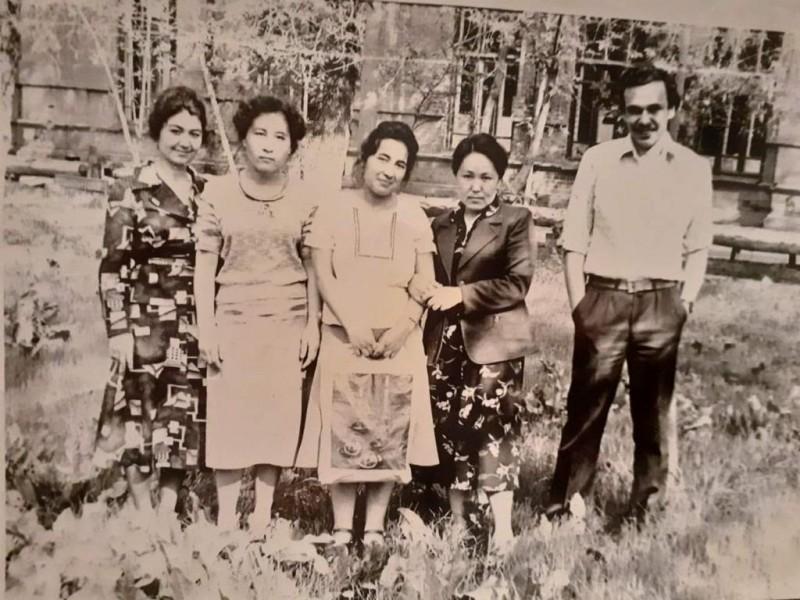 Внезапно вынырнувший снимок сорокалетней давности. Парк Старого ТашМИ, бывшего Кадетского корпуса. Имен этих однокурсниц не помню.