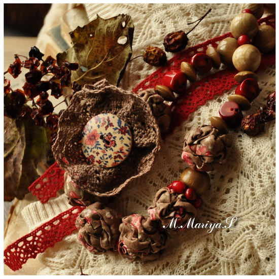 ...песочно-травяного цвета) бусинки из дерева - можжевельника, ясеня; деревянный бисер цвета горького шоклада.
