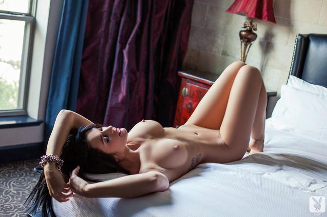 фото голой девушки с черными волосами