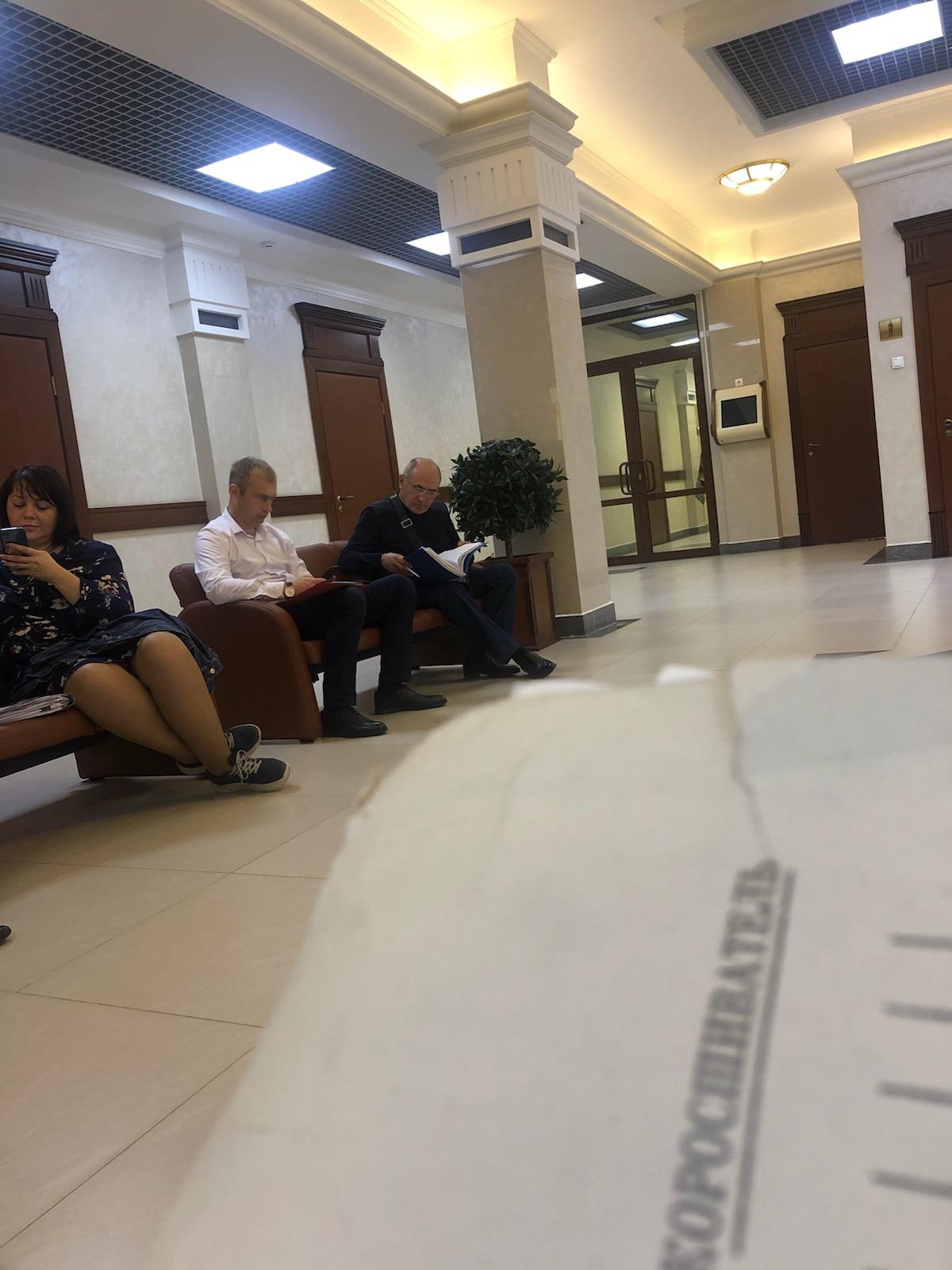 Краснов (в центре) в ожидании судебного заседания. Иркутск.