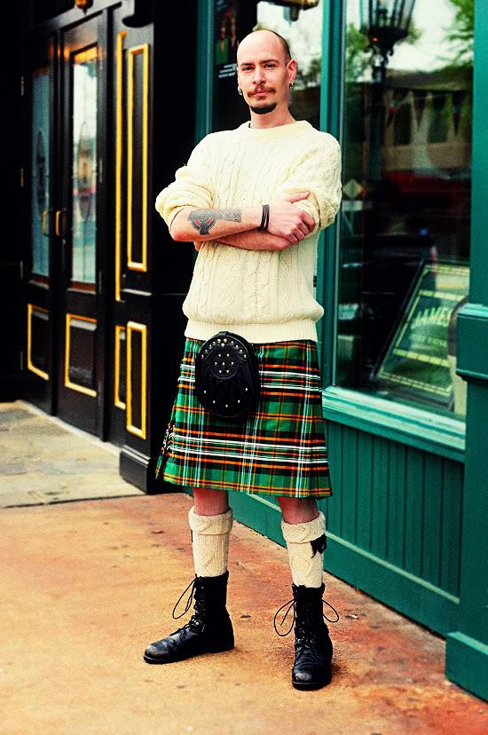 Голый мужчина в юбках