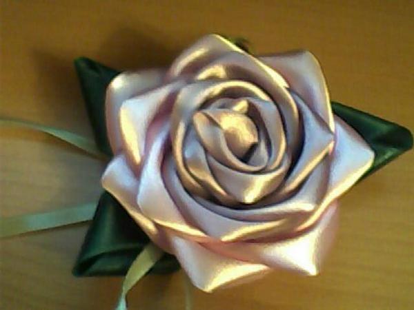 шелковыми лентами цветы