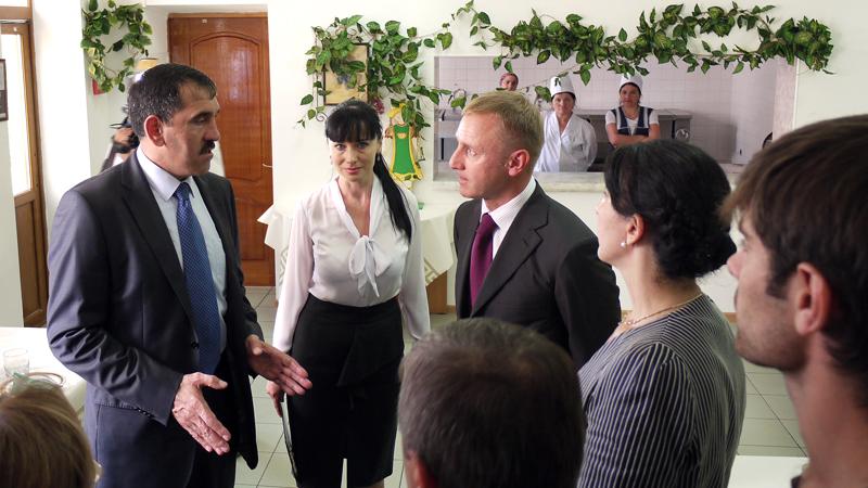 3а-Министр-и-Евкуров-в-столовой-гимназии-Марем-в-Магасе