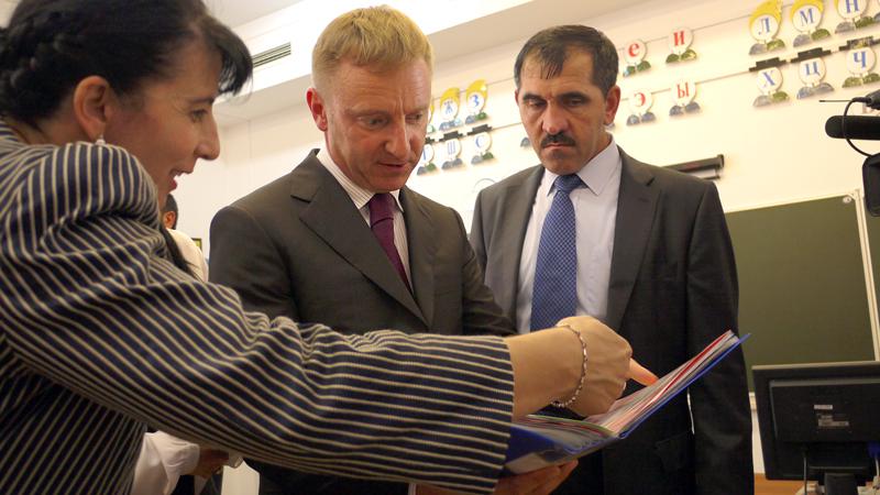 5-Министр-образовани-Ингушетии-Лемка-Измайлова-показывает-работы-первоклассников