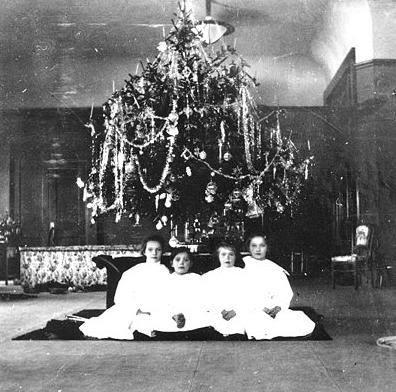 ОТМА /Ольга, Татьяна, Мария, Анастасия/ у рождественской елки в Царском Сале