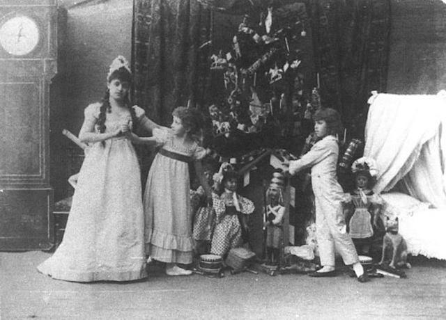 На Рождество 1864 г., за границей находился тяжело больной наследник Николай Александрович и лечившаяся в Ницце императрица Мария Александровна, в Петербурге прошла традиционная рождественская елка.