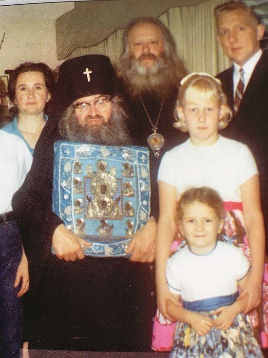 Владыка Иоанн Шанхайский с чудотворным образом Курско-Коренной иконы Пресвятой Богородицы в сопровождении епископа Нектария. 1965 год