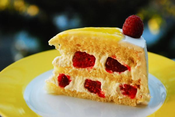 торт с лимоном и малиной