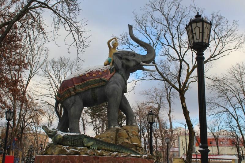сквер со слоном