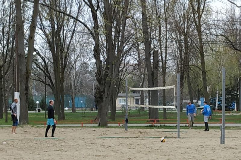 волейболисты еще вчера играли в парке