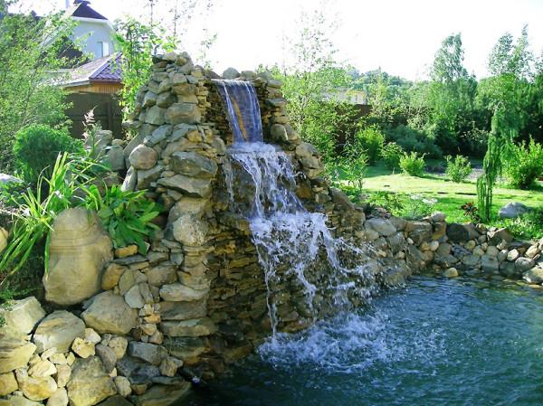 Дачный фонтан с водопадом