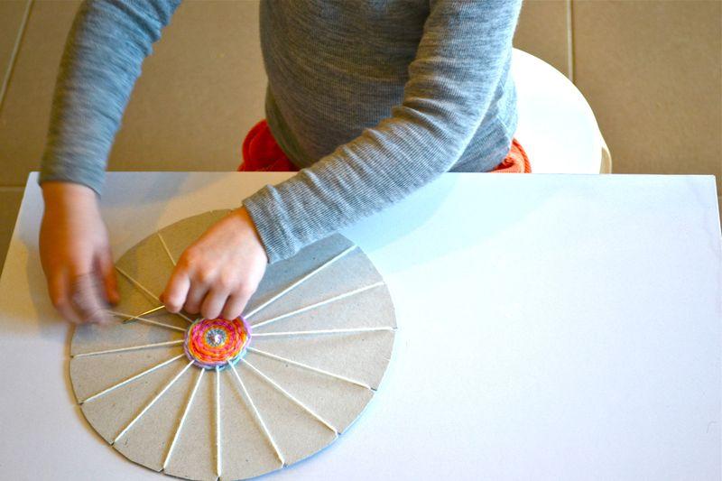 Как сделать из пряжи и картона
