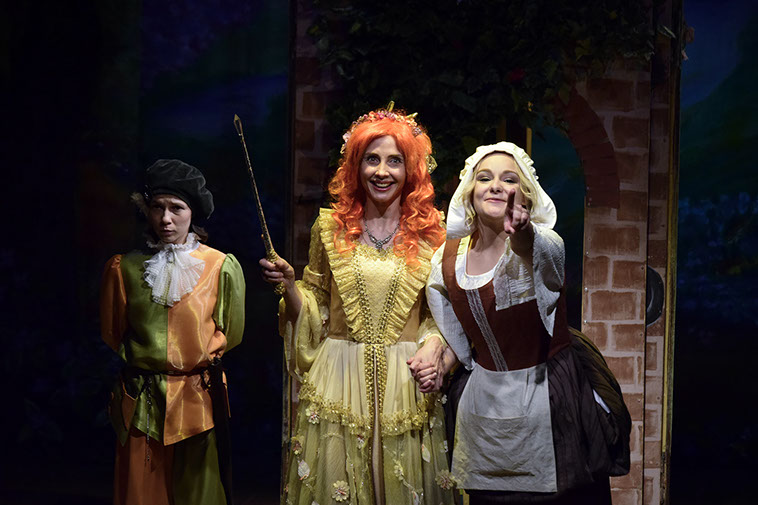 """""""Золушка"""". Сцена из спектакля в театре """"Вернадского 13"""". Фото с сайта театра."""