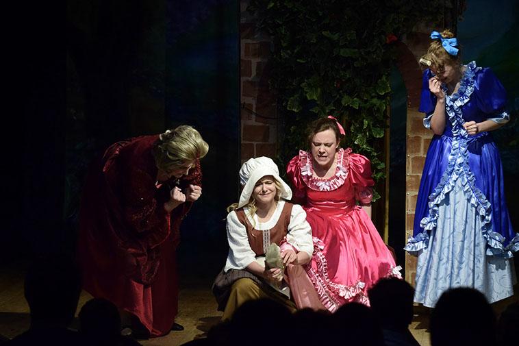 Сцена из спектакля. Фото с сайта театра.