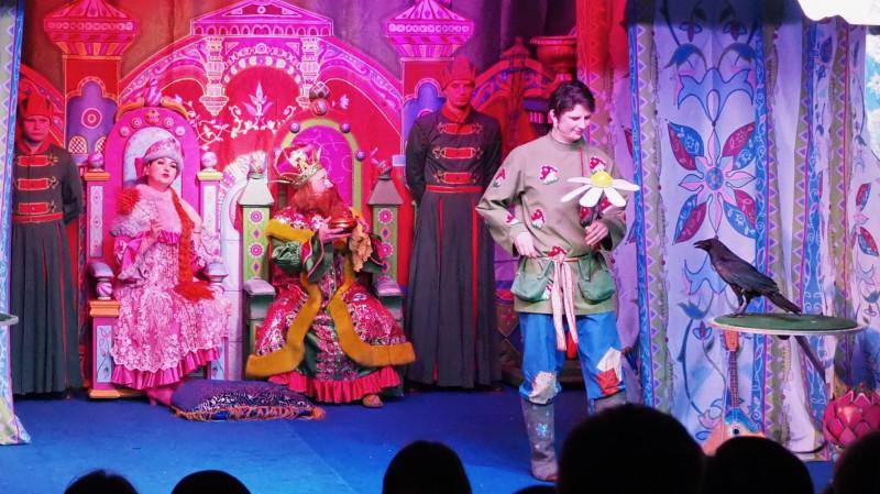Сцена из спектакля. Емеля (Артем Волосников) с вороном. Фото: Галина Серова.