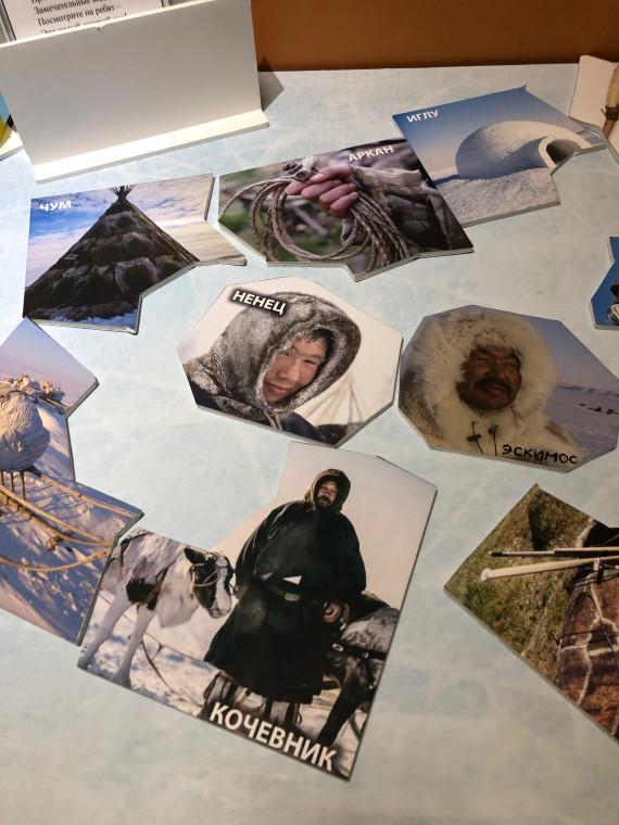 """На выставке """"Жизнь среди снега и льда"""" можно было изучить разные предметы быта народов Севера и сложить пазлы. Фото: Галина Батищева."""