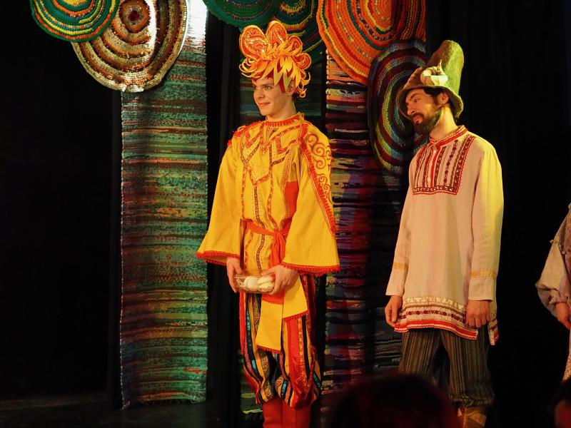 """Сцена из спектакля """"Лиса и Петух"""". Фото: Павел Батищев."""