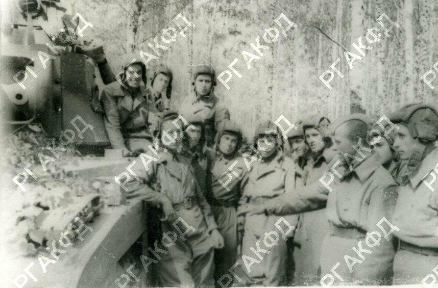 Старший техник лейтенант Маковейчук даёт указание танковым экипажам по осмотру танков после боя. 1942