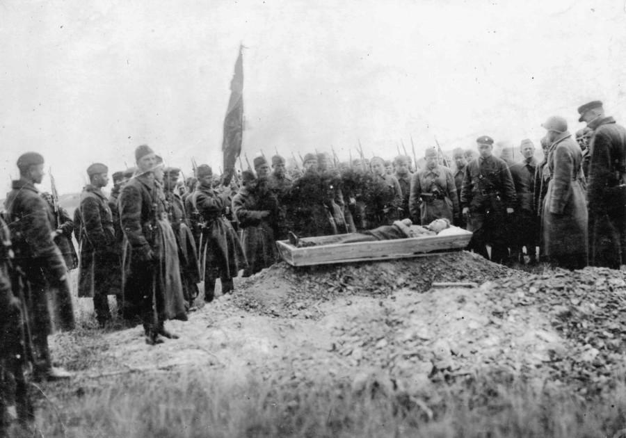 Траурная процессия у могилы НШ 320 пап А.П. Сергейко. 1941 г.