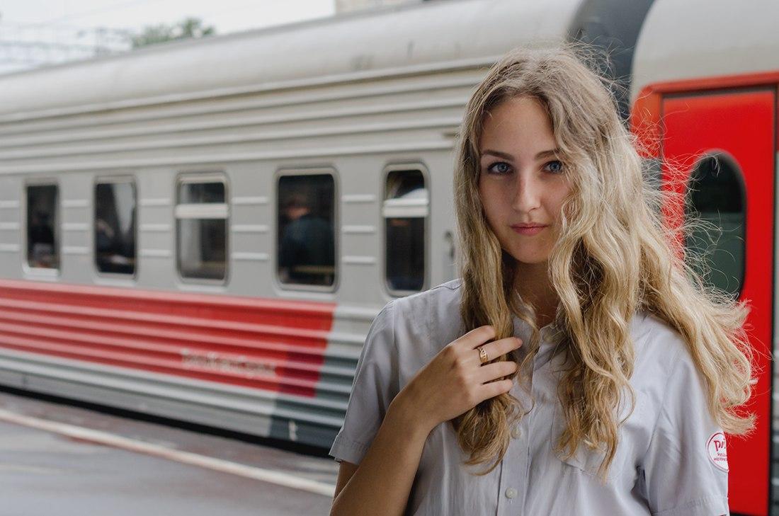 Трахаем девочек не снимая белые трусики и юбки 13 фотография