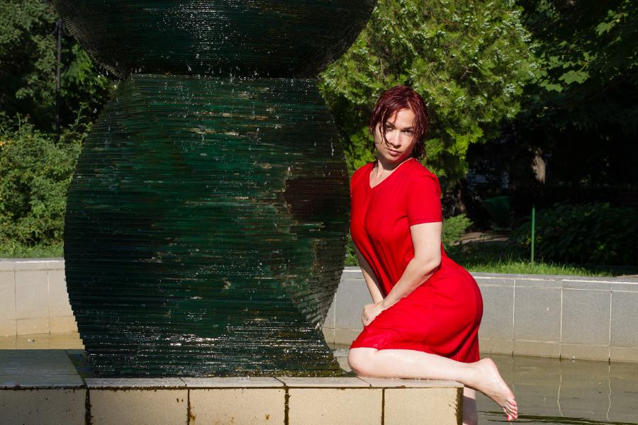 Мокрое тело. Женщина в красном в фонтанах Саратова