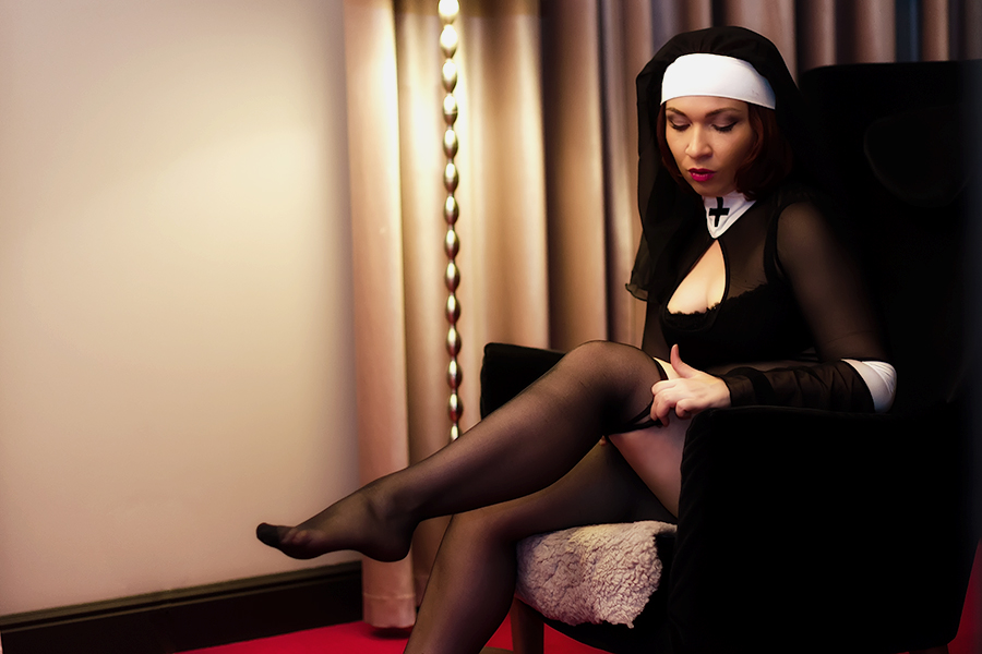 Монашка в секс чулках
