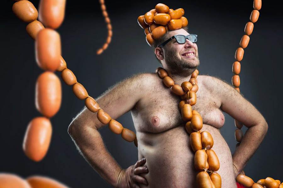 Мужчин измерили в яйцах и колбасе