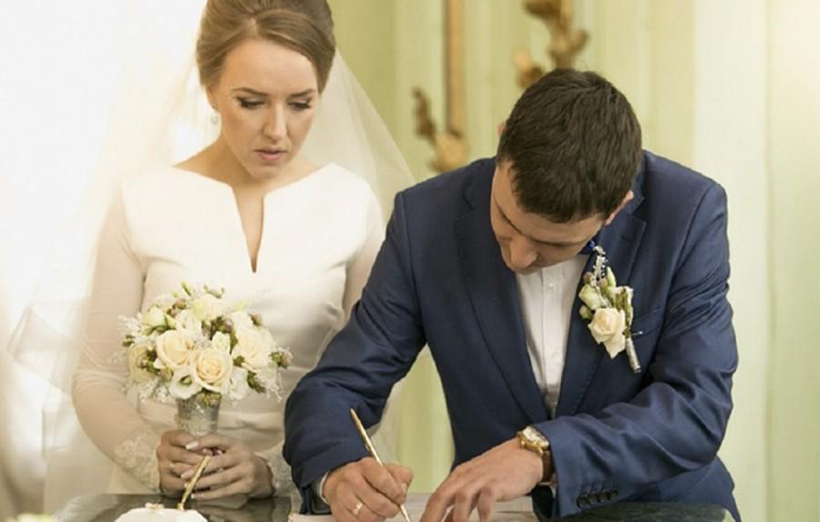 Зачем современной женщине брать фамилию мужа?