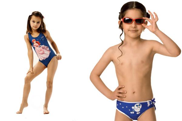 девочка в трусиках на пляже фото