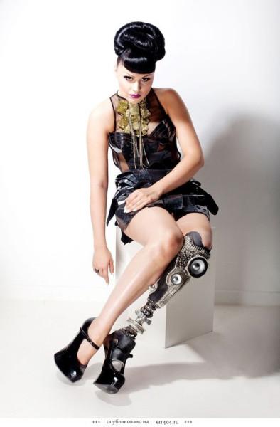 viktorija-modesta-moskalova-model-pevica-s-protezom-nogi-foto-004