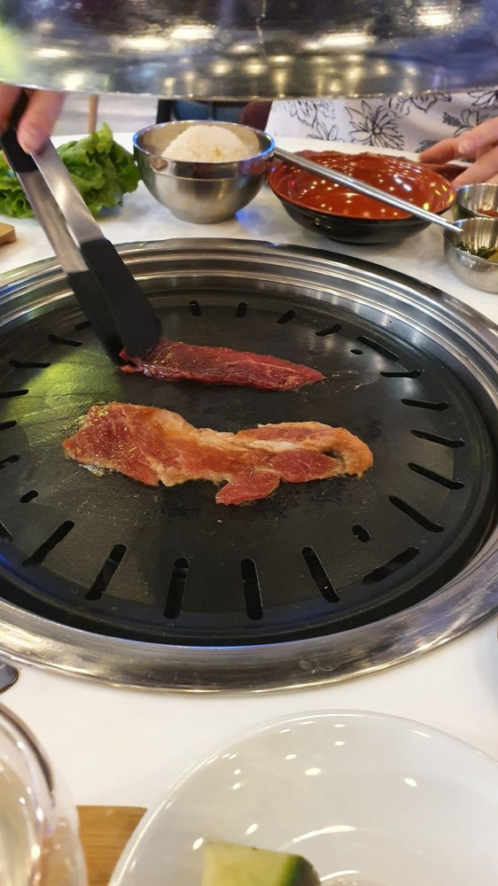 Выкладываете мясо щипцами на жаровню