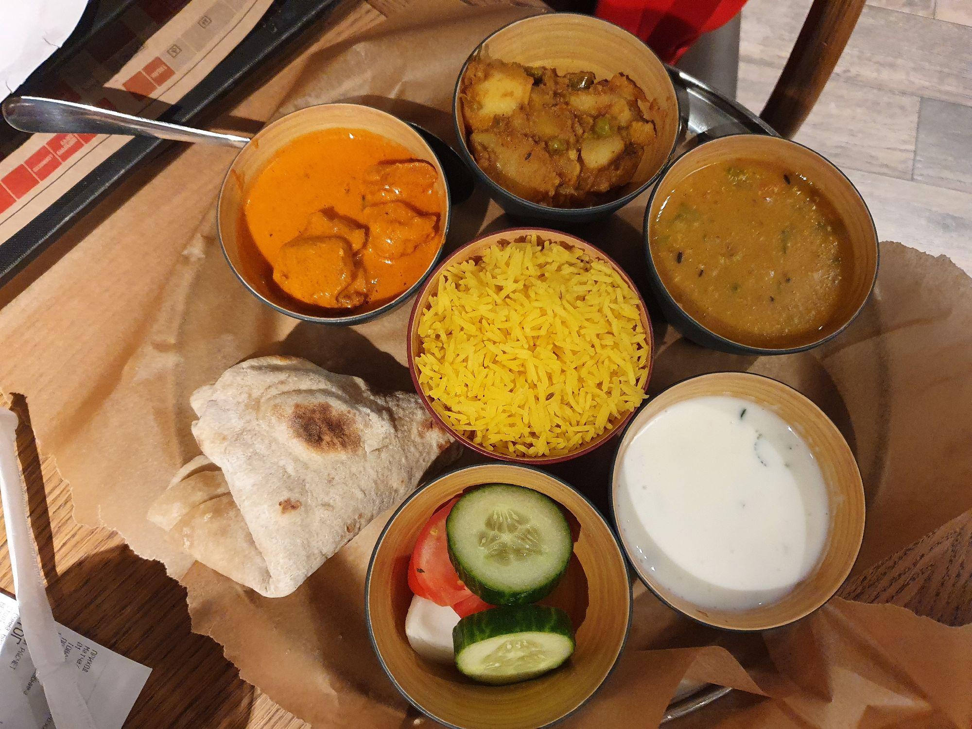 Тхали (тали) - рис, хлеб наан и несколько соусов