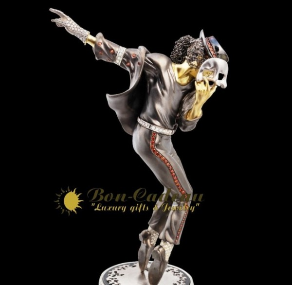 Michael-Jackson-in-Golden-Statuette-640x626