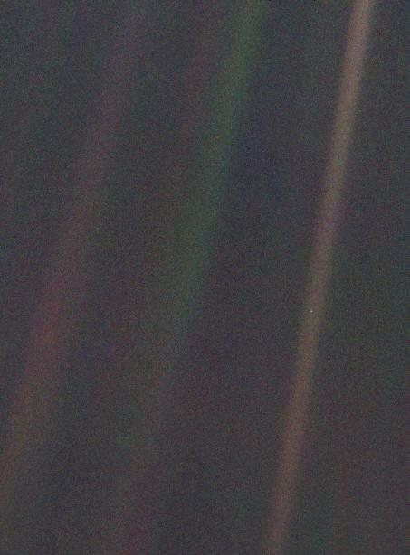 """Эта тусклая синяя точка на коричневой полосе """"солнечного зайчика"""" - это наша Земля с расстояния в 6 миллиардов километров (40 а.е.)"""