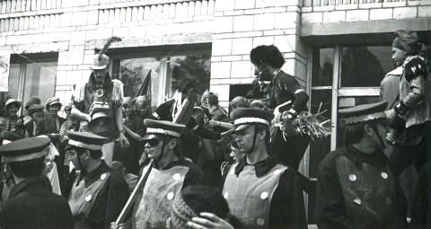 Выборы короля карнавала. Один из факультетов решил выдвинуть военную хунту