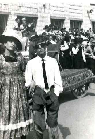 На заднем плане телега для ректора (а на переднем - два парня, один в женском платье).