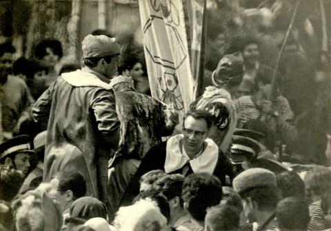 Карнавальное шествие по Морскому проспекту. Студенты везут телегу с ректором