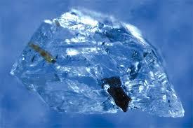 Алмаз с включениями, который исследовала группа Якобсена