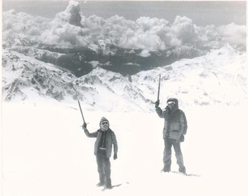 Мы с Димой на склоне Эльбруса чуть ниже седла