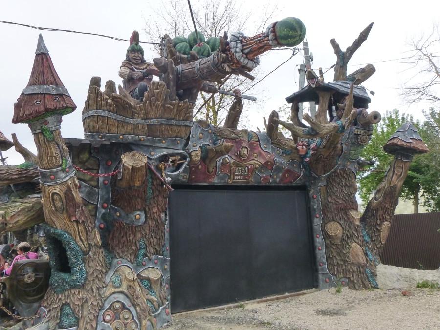 Козельск. Вихляндия - парк злого скульптора. P1340912f.JPG