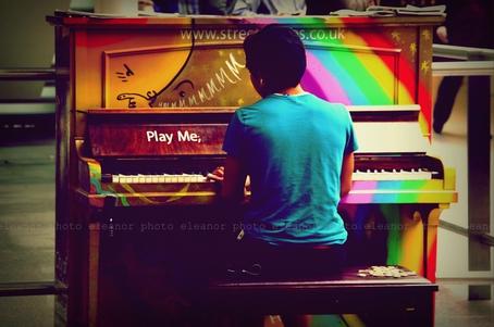 общественное пианино на вокзале St Pancras в Лондоне