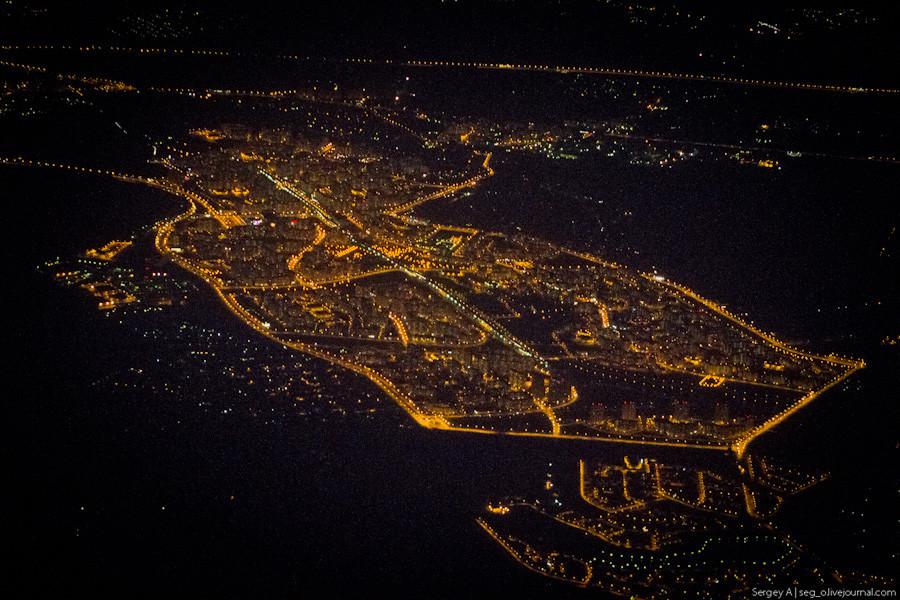 ночная москва - вид из иллюминатора самолета
