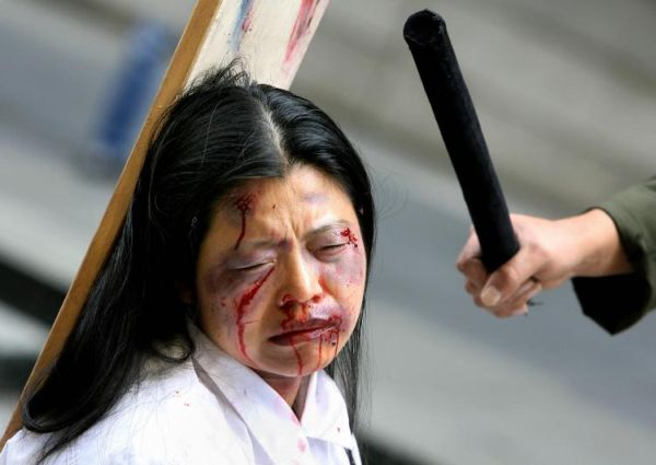 Фото девушку мучают