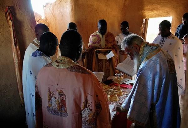 В алтаре во время Литургии, возглавляемой митрополитом Макарием