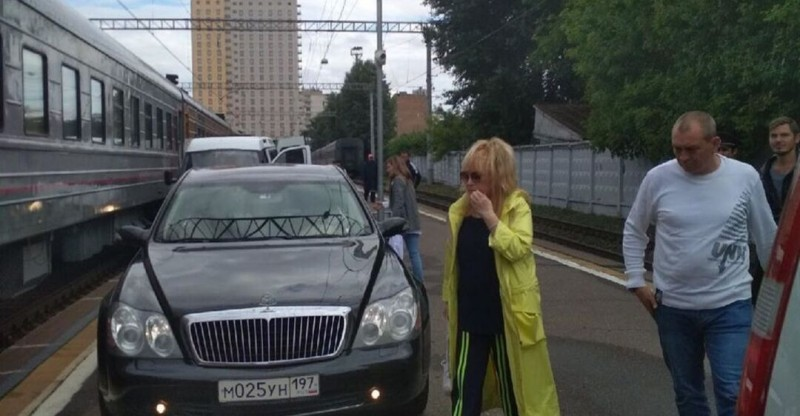 Пугачева на вокзале с автомобилем, www.obozrevatel.com