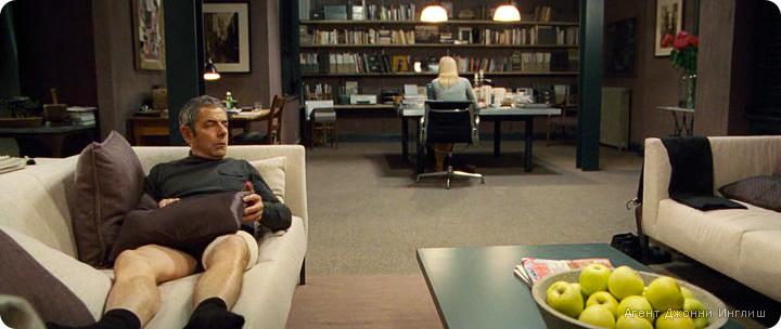 дизайн интерьера гостиной из фильма Агент Джонни Инглиш, дизайн интерьера в современном стиле, сиреневый цвет в интерьере, белый диван, жалюзи в интерьере